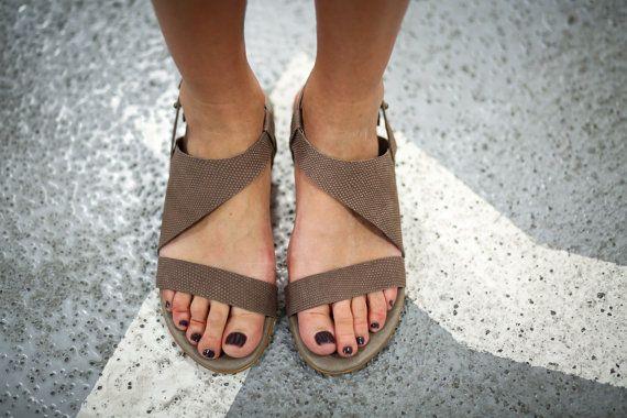 Unieke asymmetrische platte sandalen in chique mokka leer. Deze boho strappy sandalen zijn super comfortabel en erg vleiend naar de voet. Het minimalistische ontwerp heeft een klinknagel knop voor aanpassing, en een verborgen rubber strap voor gemakkelijk slip op. Grote slingbacks voor de stad rond te rennen, dag naar nacht.  ◀▶ Asymmetrische ontwerp ◀▶ Chic mokka sandalen ◀▶ Gemaakt van 100% echt leder (met inbegrip van inlegzolen & bekleding) ◀▶ Gestapeld hakken (1,0 cm/0.4 ) ◀▶ Kl...