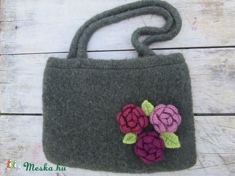 Nemezelt, kötött táska, rózsákkal- Knitted, felted bag with roses