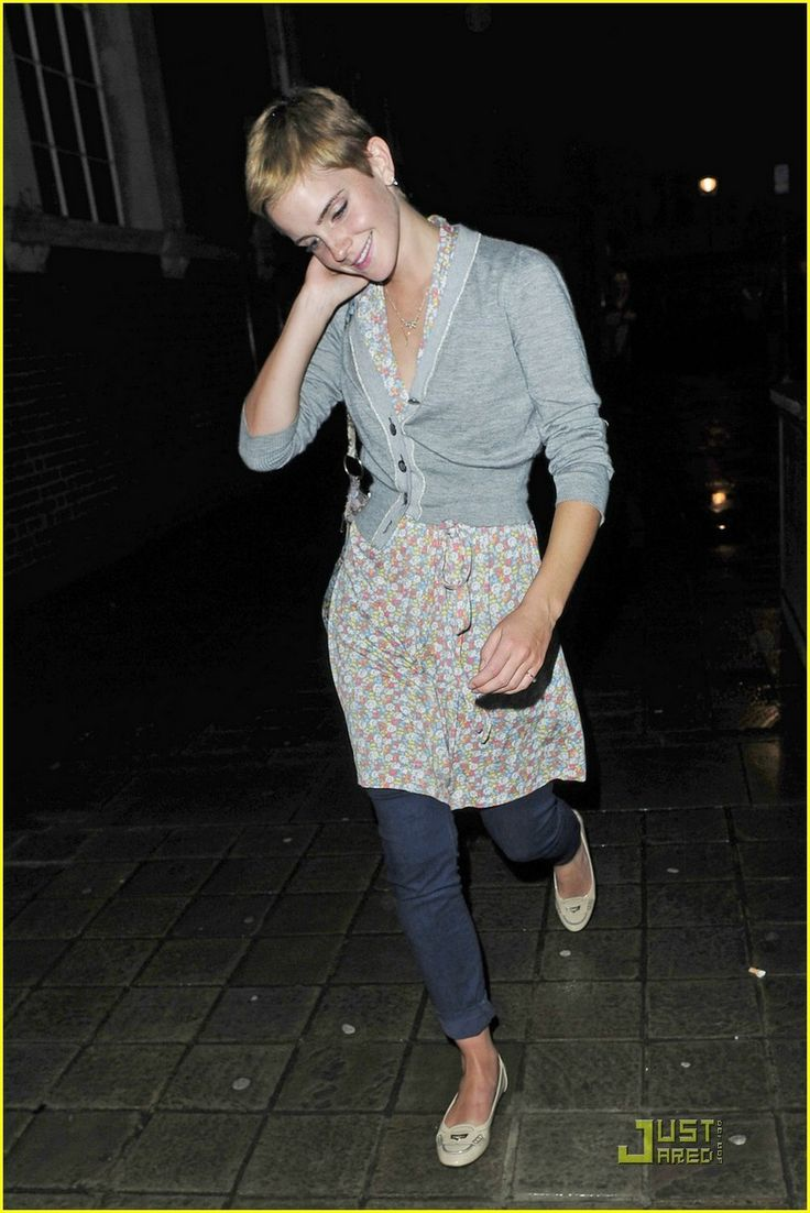Emma Watson keeps to herself as she's swarmed outside Bungalow 8 in London on Wednesday night (August 25). Crediti: Just Jared Instagram : https://www.instagram.com/we.love.emma.watson.crush/ Passate dal nostro gruppo ; https://www.facebook.com/groups/445446642475974/ Twitter : https://twitter.com/GiacomaGs/status/907646326359445509 ? ~EmWatson