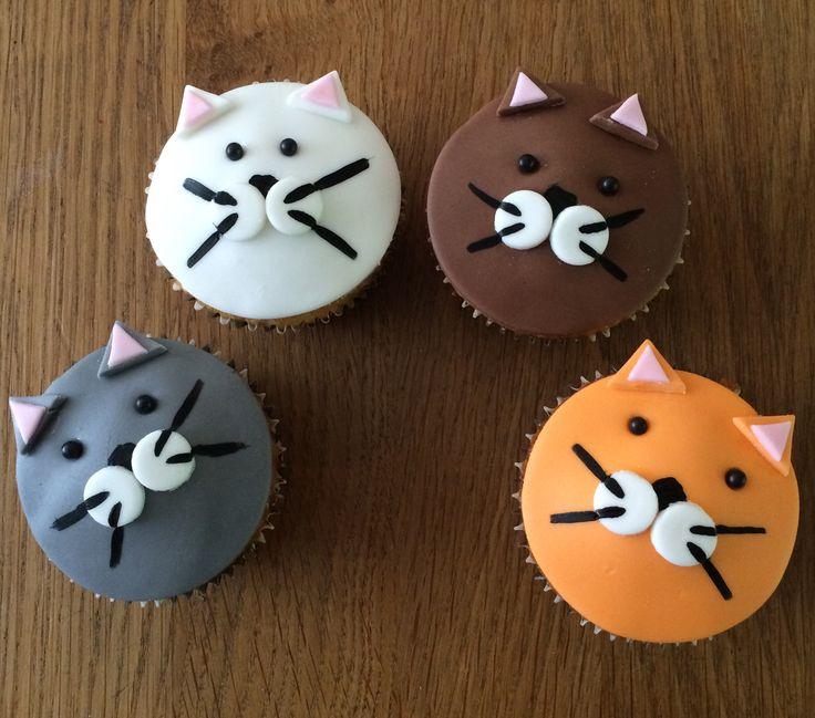 This lovely cupcakes i make for my own grandson. He adores cats so he wanted cat's cupcakes to give is school buddy's. Deze poezen cupcakes heb ik gemaakt voor mijn eigen kleinzoon. Hij is gek op katten dus wilde poezen cupcakes trakteren op school.