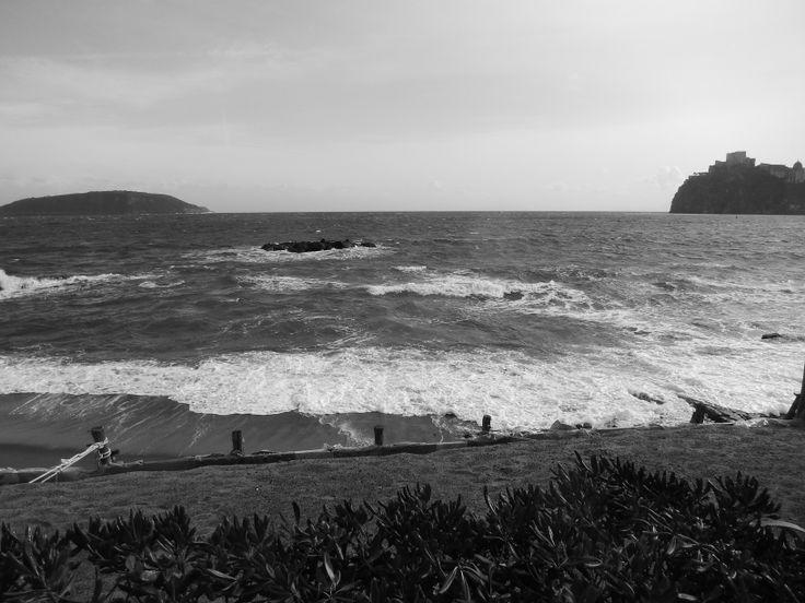 """Giornata decisamente ventosa oggi a Ischia, le corse degli aliscafi sono al momento sospese ma i traghetti prestano servizio ancora regolarmente.  Le foto le abbiamo scattate dal lido, accanto al """"Punta Molino"""", un luogo incantevole anche in pieno inverno..."""