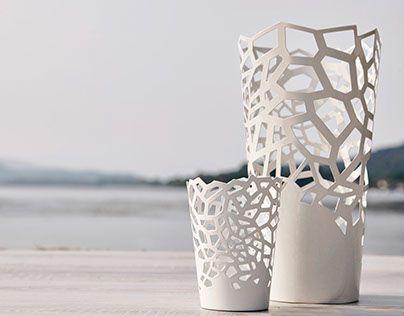I vasi Controluce sono pensati per riempire la tua casa e il tuo giardino di colore durante il giorno, di luci e ombre fantasiose e rilassanti di notte.Ideali per contenere candele o altre fonti luminose ma anche come copri vaso; possono arredare diversi…
