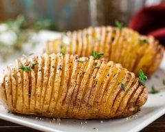 Pommes de terre Hasselback. Bon mais très long à faire. Prévoir un peu plus de cuisson (1h)