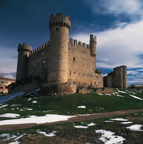 CASTLES OF SPAIN Castillo de Olmillos de Sasamón, Burgos. Fue construido por Pedro de Cartagena, regidor de Burgos, en 1446. Perteneció a la casa de los Franco de Guzmán y posteriormente a la casa de Mendoza y a los duques de Gor. Fue incendiado en 1812 por los guerrilleros Santos Padilla y Melchor Cossío, durante la Guerra de  la Independencia, después de que las tropas francesas abandonaran el pueblo. Al parecer acusaba a personalidades locales de colaborar con los franceses.