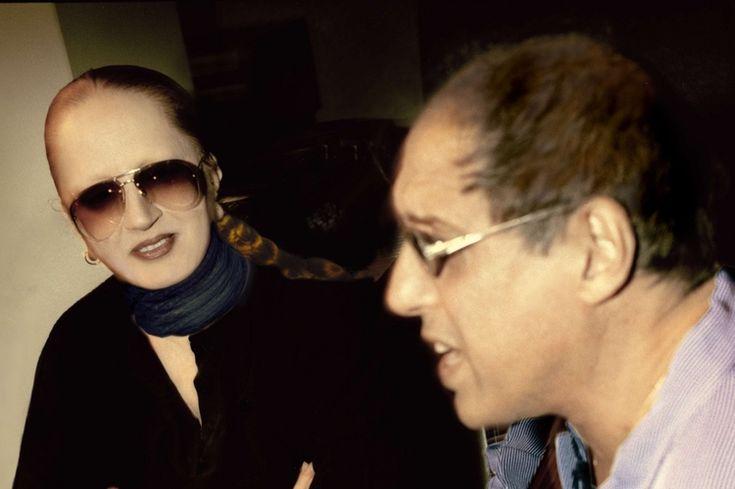 Di nuovo insieme 18 anni dopo. Mina sorridente con gli immancabili occhiali a goccia e i capelli raccolti guarda Celentano accennare un brano, chitarra acustica alla mano. Questa è la prima immagine, una rarità, ad a