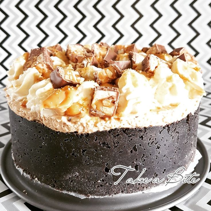 Snickers Cheesecake  Pindakaas cheesecake met oreo bodem, karamelpasta, gezouten pinda's, slagroomtoeven en stukjes snickers bovenop. Jummie 😍  Peanut butter cheesecake with oreo bottom, caramel paste, salted peanuts, whipped cream and pieces of snickers on top. Yummy 😍  #pindakaas #peanutbutter #cheesecake #oreo #karamel #caramel #gezoutenpindas #saltedpeanuts #slagroom #whipcream #snickers