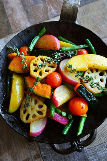 カラフルな野菜で彩りの良い焼きサラダ。りんごの甘酸っぱさとワインビネガーでひと味違ったサラダを楽しめそう。清涼感のある爽やかな香りのタイムを添えて。