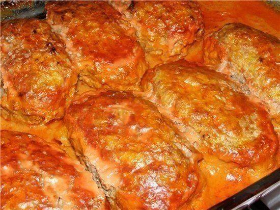 Ленивые голубцы (в котлетах)  Ингредиенты: 600 гр фарша стакан отварного риса пол маленького отварного качанчика капусты 1 головка лука 2 яйца столовая ложка крахмала соль ну и на ваше усмотрение специи ( я не добавляла)  Соус: Томатный сок + сметана  Приготовление: В фарш добавить рис , порезанную капусту, нашинкованный лук, яйца, соль, крахмал и всё очень хорошо перемешать. Сформировать котлетки и обжарить на сковородке, затем переложить в форму для запекания, полить соусом ( смешать сок…