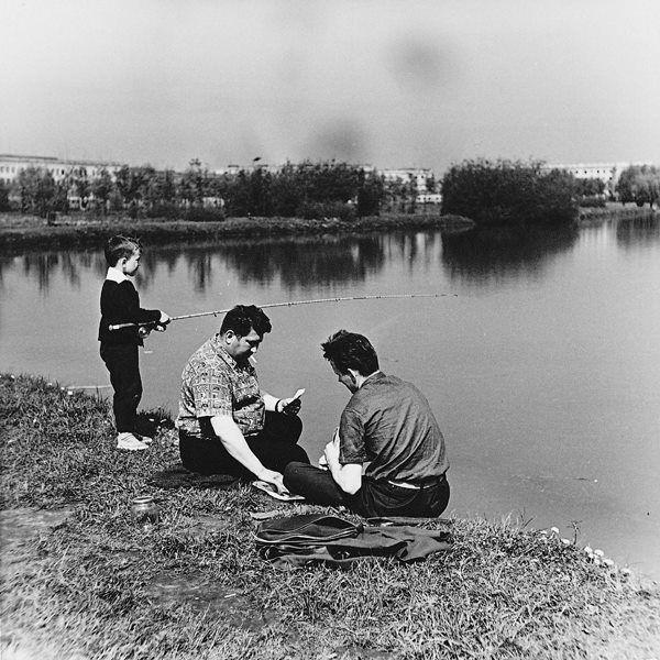 Łowienie ryb w Zalewie Nowohcukim. Lata 60-te. Autor: H. Hermanowicz. Własność: MHK.