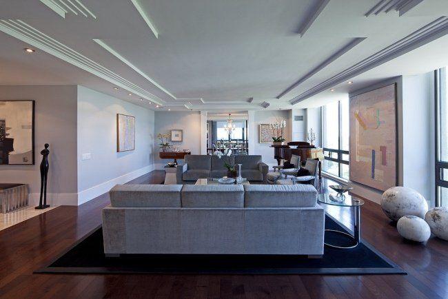 un plafond blanc en staff dans le salon spacieux et moderne