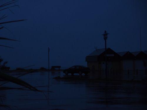 Quel blue tramonto : Quand la mer monte. Le soir tombait.  Le bruit des vagues invisible. La pluie   [vendredi 1er novembre, 17:42 Saint Germain sur Ay, Il fait un temps de Toussaint] | gilda_f