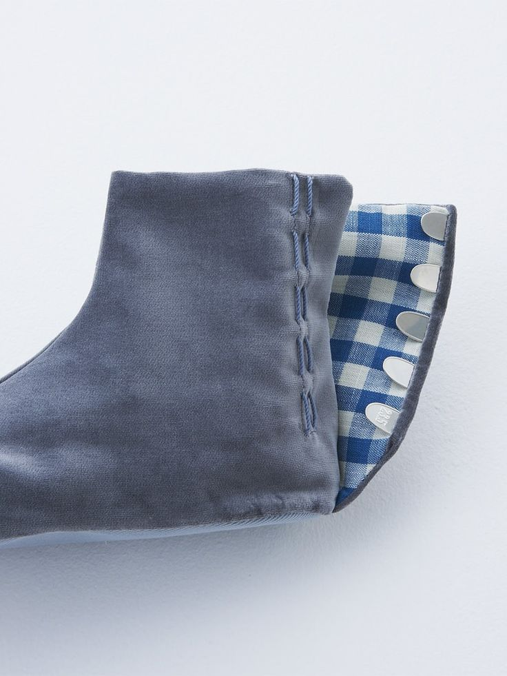 足袋 (tabi), light blue gingham check lining. 水色ギンガムチェックの裏地。(side)