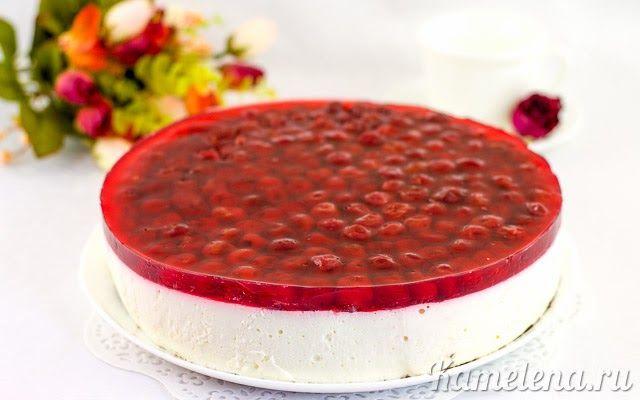 Нежный желейный торт с творожной начинкой и ягодами вишни.