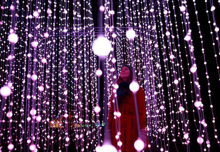 24.11 Une femme devant les illuminations de Noël à Londres.Photo: Neil Hall