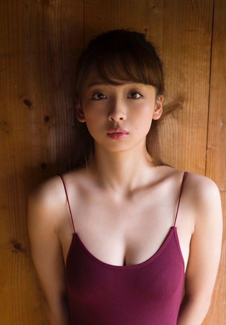 紫色の衣装の華村あすかです。