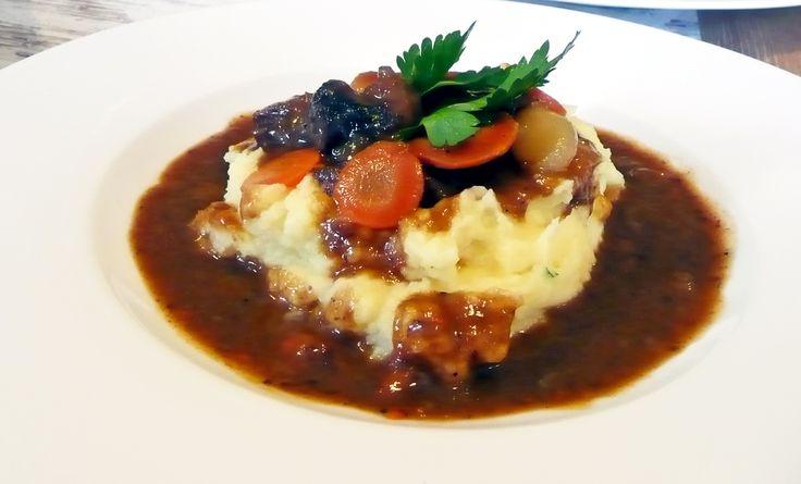 Dušená hovězí líčka na červeném víně s kořenovou zeleninou a šťouchanými bramborami. #ukastanubranik http://www.ukastanu.cz/branik/novinky