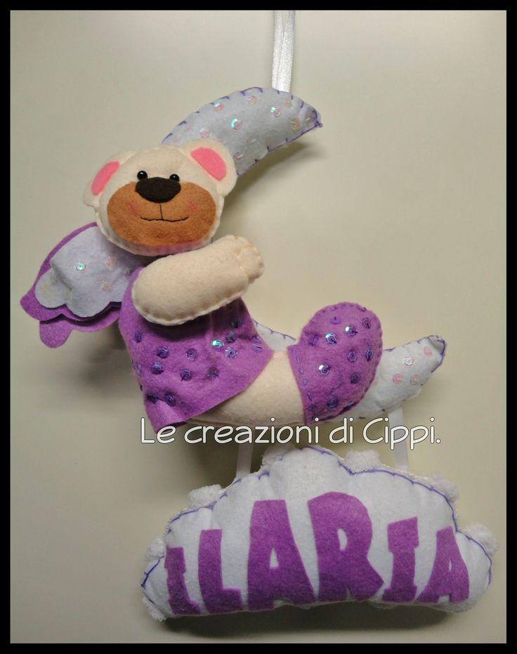 Lula l'orsetta sulla nuvoletta.  Realizzata in pannolenci, interamente cucita a mano ed imbottita con ovatta anallergica. Può essere personalizzata nei colori e nella scritta del nome da mettere sulla nuvola.