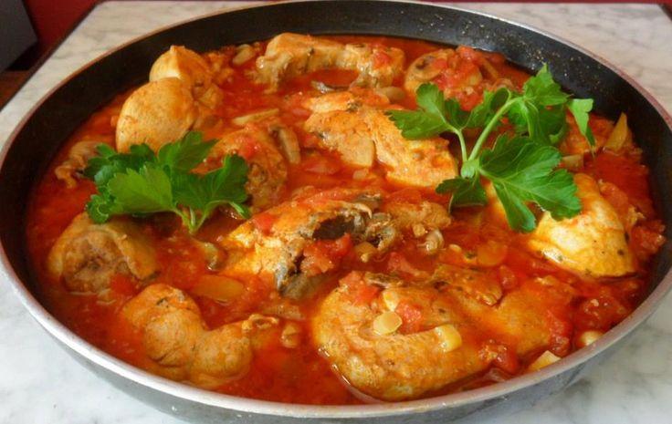 1 peito de frango  - 1 raiz média de gengibre triturado  - 6 dentes de alho triturados  - 1 cebola média picadinha  - 6 tomates maduros picadinhos  - Sal a gosto  - Pimenta do reino  - 1 colher de chá cheia de curry  - Óleo  - Cheiro verde  -