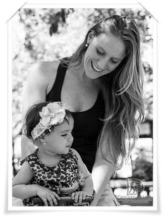 Mom and daugther in black and white. / Mãe e filha em preto e branco.