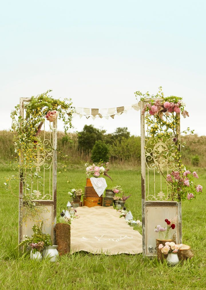 屋外でのセレモニーをフォーマルアップする扉のデコレーション。扉にはたくさんの生花を飾り付けて華やかに♪
