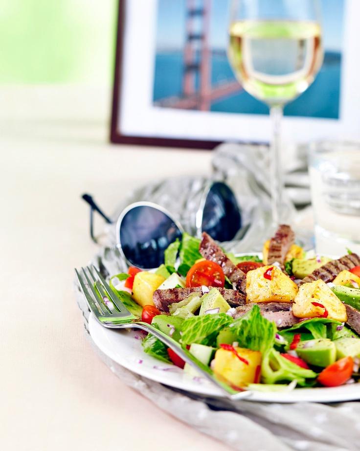 Makea ananas, hieman tulinen chili, raikas limetti ja pehmeä avokado yhdistyvät kalifornian tapaan tehdyssä salaatissa.