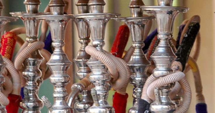 """Como fazer um Narguilé com uma garrafa de água. O Narguilé é um tipo de cachimbo que utiliza água e mangueiras para resfriar e filtrar a fumaça que passa através dele. Tabacos aromatizados, conhecidos como """"shisha"""", são a forma mais popular para fumar em um Narguilé, mas os tabacos normais também podem ser usados. Narguilés normalmente são feitos de vidro e fabricados para serem utilizados por ..."""