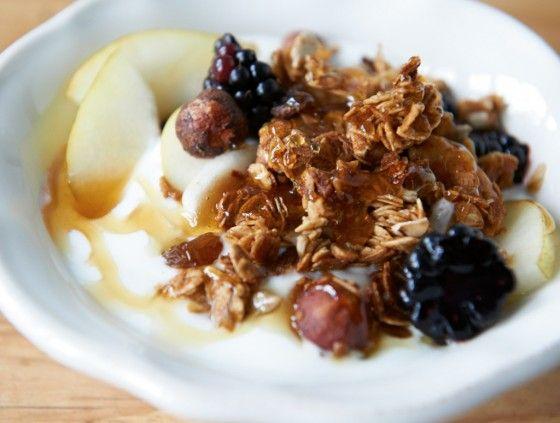 Knuspermüsli: Mit selbst geröstetem Honig-Nuss-Müsli, Sahnejoghurt und Früchten in den Tag starten.