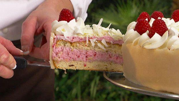 Lækker lagkage med hindbærmousse og marcipankant. Mette Blomsterbergs opskrift, og lagkagen er perfekt til fødselsdag eller gæsterne, og den kan laves dagen før.