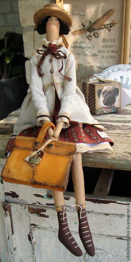 Tilda bonecas artesanais. Mestres justo - boneca artesanal jovem senhora til artesanal com mala de viagem. Handmade.