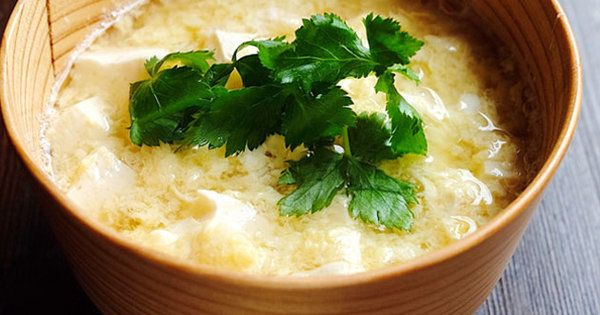 豆腐をくずすときは、適度に食感が残る程度に粗くするのがコツ。さらなる食べ応えが欲しい場合は、長芋をすりおろす際、おろし金ではなく鬼おろしを使っても。|『ELLE gourmet(エル・グルメ)』はおしゃれで簡単なレシピが満載!