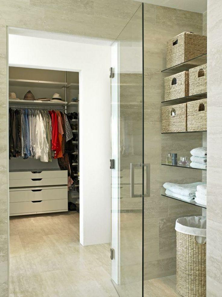 Et rommelig walk-in-closet med innredning fra Ikea ligger praktisk til i nærheten av bad og soverom.