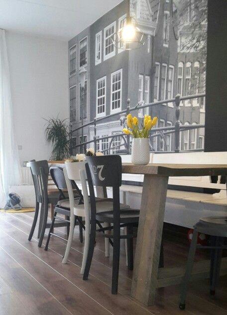 Fotobehang Amsterdam, steigerhouten tafel, caféstoelen, okergeel