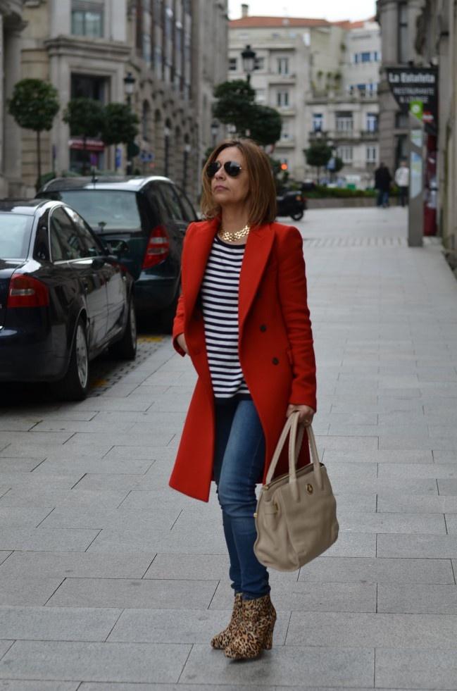 Abrigo rojo, vaqueros y camiseta inspiracion marinera. Sencillo facil y elegante.