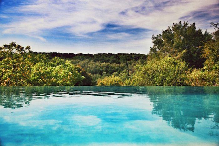 Piscine Bonheur & Bohème, bassin de nage de 20 mètres... débordement sur le Bois de Serres!! Couloir de nage tout en longueur pour cette piscine de rêve!