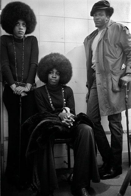 """Nina Simone (sentada), apelidado de """"Grande Sacerdotisa da Alma"""", ela veio a ser conhecida como o cantora de protesto do Movimento dos Direitos Civis. Ela escreveu """"ser jovem, talentoso e preto"""" tomando emprestado o título de uma peça de seu amigo, Lorraine Hansberry Vivian, que se tornou um hino popular do Movimento pelos Direitos Civis"""