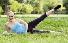 Übung 5: Seitheber - Oberschenkel in Bestform! So gelingt euch das Abnehmen an den Beinen - Auf der Seite liegend könnt ihr die Innen- und Außenseiten eurer Oberschenkel perfekt trainieren. Diese Übung ist toll für die Außenseite. So geht's: Legt euch auf die rechte Seite...