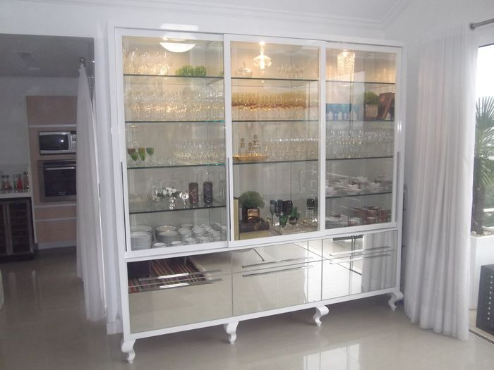 Угловой шкаф для посуды в гостиную
