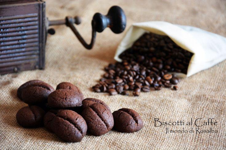 Biscotti al Caffè, piccoli e croccanti portano un pieno di gusto ed energia! Facili e veloci da preparare, con una simpaticissima forma a chicco di caffè...