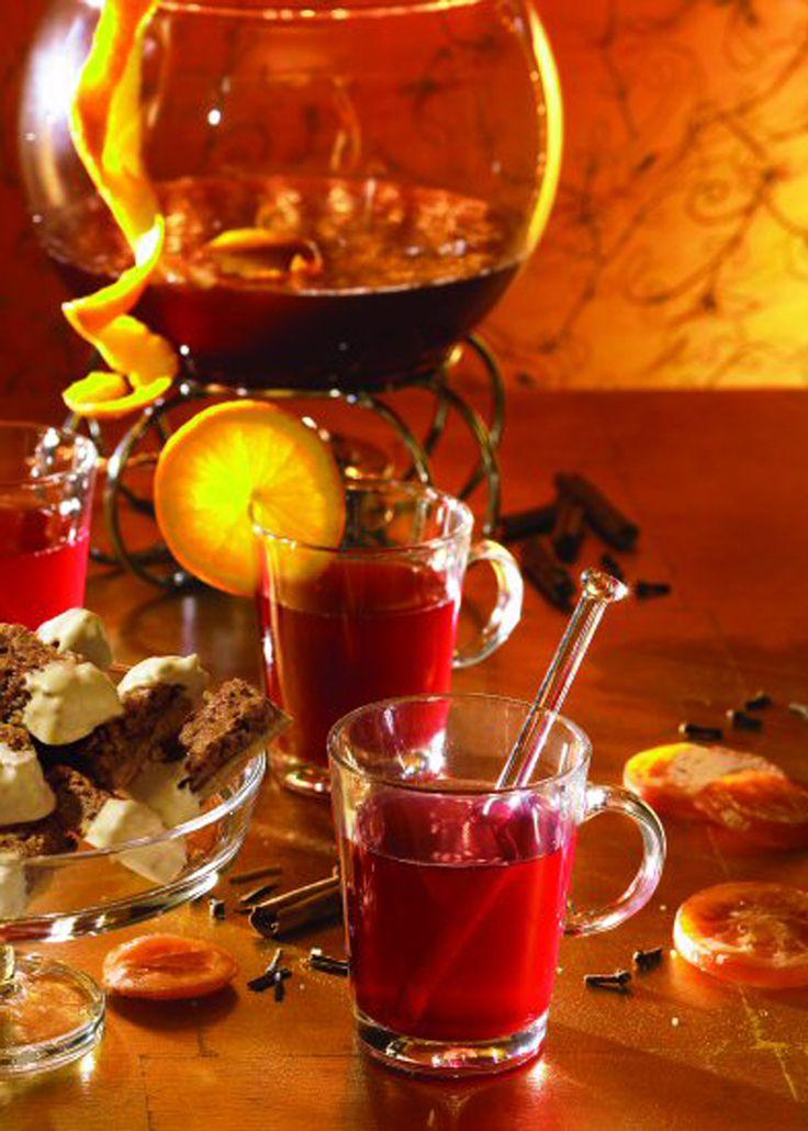 Ein weihnachtliches Heißgetränk mit Alkohol und Orangensaft