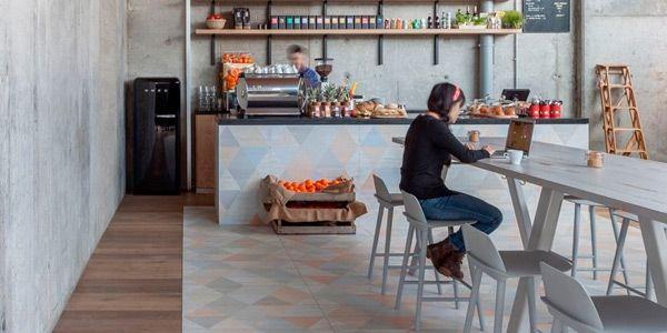 Caria Blanco er en trælignende, mønstret granitkeramik i pastelfarver, fra spanske Vives. Kan bruges til både gulve og vægge.