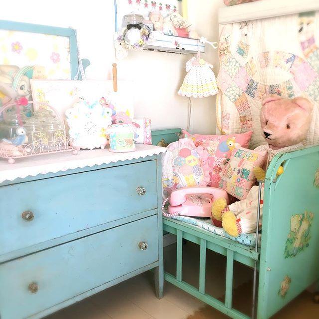 医療棚の前のコーナー ブルーのチェストもグリーンのベッドも なんか色が暗いような うちにはちょっと渋いカラーなのかな? (あまりにも黒ずんでいたから、明るくしてみた…) 中央の壁!白い空間が気になる〜 ミニタペでも作ろうかなって思ってます^ - ^ #インテリア大好き #インテリア好き #模様替え中 #ビンテージ雑貨 #アンティークブルー #テディベア