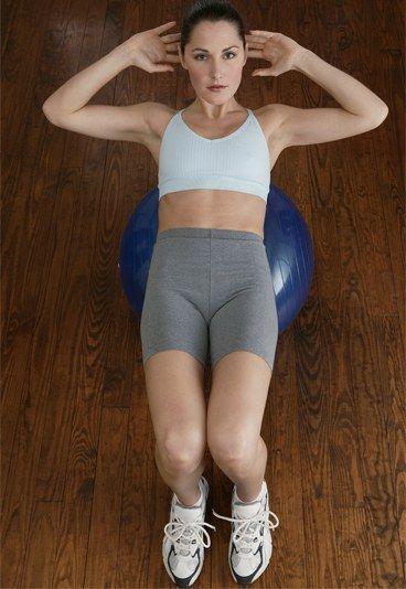 Ventre plat : exercice de la taille - Objectif ventre plat: Comment avoir un ventre plat? - Cette série de mouvements tonifiera et affinera votre taille. Position de départ : Vous êtes allongée, les genoux fléchis. Les lombaires sont bien au sol...