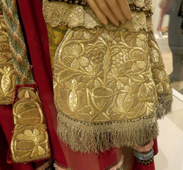 Второй альбом с выставки Нижегородского народного искусства из фондов Русского музея. Представлены костюмы с золотошвейными душегреями и один с девичей повязкой.