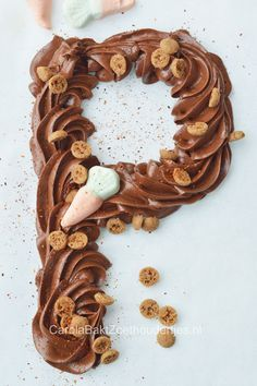 Chocoladeletter maken, maak zelf je chocoladeletter met dit recept en versier het met lekker suikergoed naar keuze, een gespoten chique chocoladeletter.