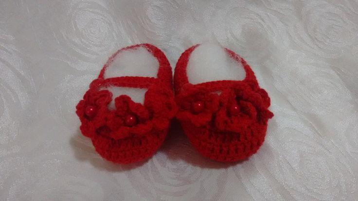 Sapatinho em crochet para bebe confeccionado em linha com detalhes de flores e perolas.  Várias opções de cores