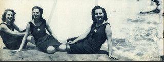 Jovens vestindo o modelo de fato de banho da Mocidade Portuguesa Feminina, que…