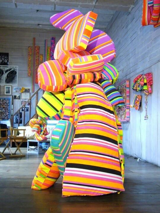 esta escultura muestra una gran amplitud de colores de forma muy abstracta. En mi opinion esta realizada por adicción ya que va añadiendo una gran cantidad de capas del material uno encima del otro, sin seguir un orden.