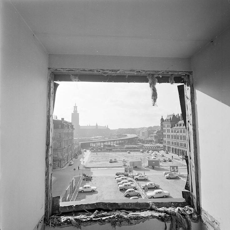 Utsikt mot väster från vindsrum vid Klara Södra Kyrkogata 12 mot rivna kvarteren Fyrfotan Större o Mindre. Stadshuset i fonden. 1965