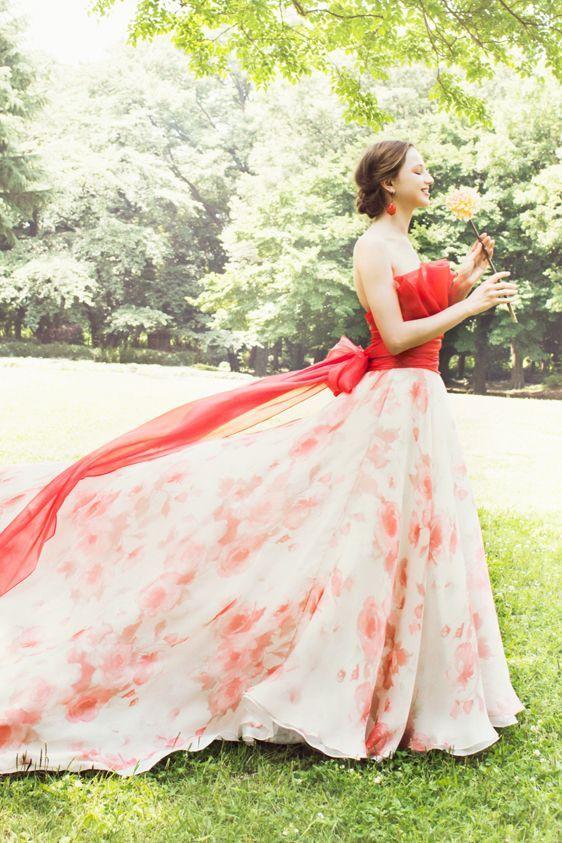 春らしい朱色とフラワープリントのバイカラードレス♪ 桜の時期のお色直しのアイデア☆