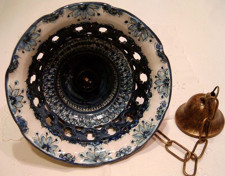 """Lampadario in maiolica traforato.Decoro monocrono blu """"London"""" diametro 25cm"""